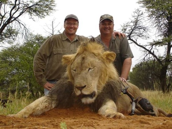 Waler Palmer (left) with Cecil the lion that he shot during a hunt. Photo credit: mydailynews.com