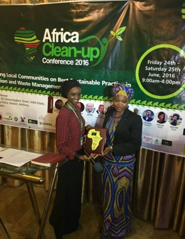 Maryam Njie of Thermal Initiative presenting the Environmental Youth award to Mma Hasana from Accra, Ghana