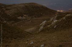 Το καταφύγιο όπως φαίνεται από την υψηλότερη κορυφή του Πανχαϊκού νύχτα με πανσέληνο