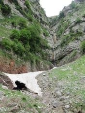 Διαμπερής Χιονούρα-πάγος μέσα από την οποία περνούσε το νερό για να καταλήξει στον επόμενο καταρράκτη μέχρι τον ποταμό Τευθέα ή Τεθρέα Ερυμάνθου