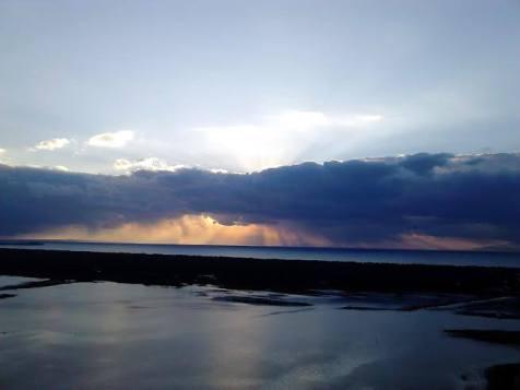 Η θέα μια συννεφιασμένη μέρα ανεβαίνοντας στα Μαύρα Βουνά.