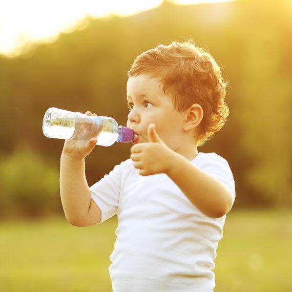 Crianças devem levar água diariamente à escola