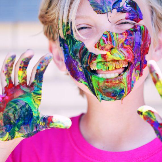 Férias: Por que você deve deixar o seu filho se sujar?