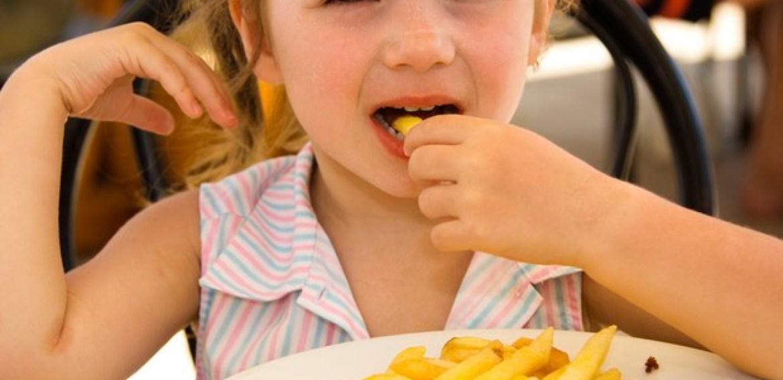 Crianças são mais propensas a comerem besteiras se influenciadores digitais dão esse exemplo