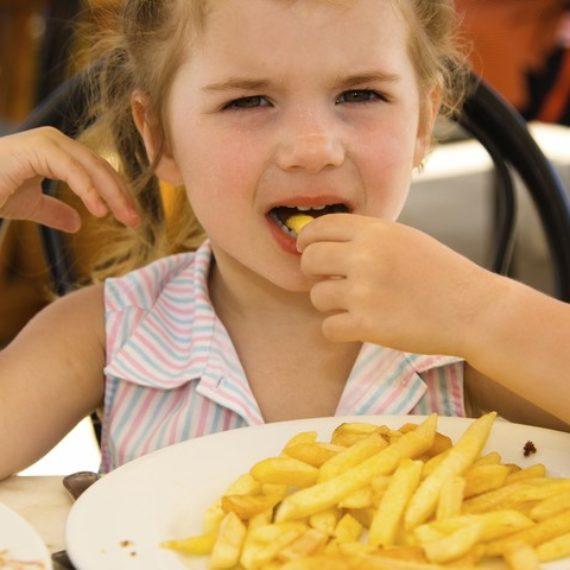 Crianças são mais propensas a comerem besteiras se influenciadores digitais dão esse exemplo Especialistas defendem que blogueiros e youtubers não devem ser autorizados a promover alimentos não saudáveis entre as crianças