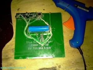 caricabatterie a pannello solare con batteria di backup, vista retro