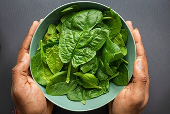 Spinach has antioxidatns and beta carotene that helps fight off infections effectively