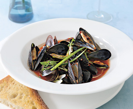 Spicy Steamed Mussels with Garlic Bread