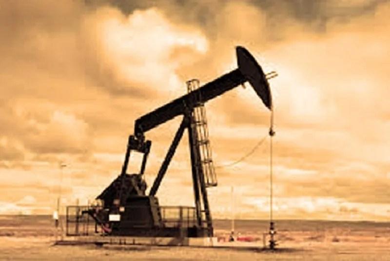 Οι δεξαμενές πετρελαίου έχουν γεμίσει, οι τιμές καταρρεύσει