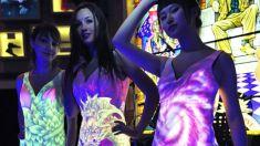 Artista chinês realiza pintura ultravioleta em vestidos de festa