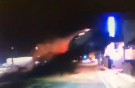 Câmera mostra carro voando antes de invadir segundo andar de edifício