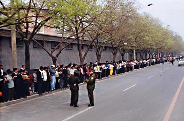 Praticantes do Falun Gong se reúnem ao redor de Zhongnanhai, o complexo da liderança do Partido Comunista Chinês em Pequim, em 25 de abril de 1999 (Cortesia do Clearwisdom.net)