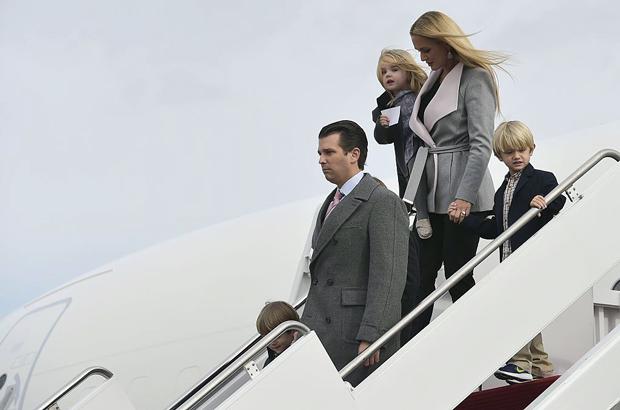 Donald Trump Jr., o filho mais velho do presidente eleito norte-americano Donald Trump, com a esposa Vanessa e filhos saem de um avião após chegarem à Base Andrews da Força Aérea dos EUA, em Maryland, em 19 de janeiro de 2017 (Mandel Ngan/AFP/Getty Images)