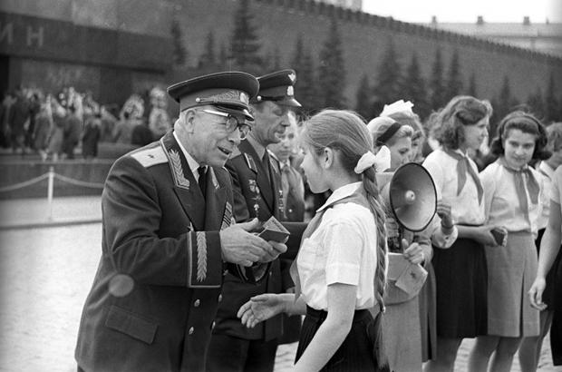 Jovens são recepcionadas como membras da Komsomol, a União da Juventude Comunista, na Praça Vermelha em Moscou em 19 de maio de 1968. A União Soviética supostamente usou os campos da Komsomol para fazer experimentos com pedofilia (Arquivos da RIA Novosti)