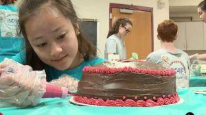 Adolescentes assam mais de 100 bolos de aniversário por mês para estranhos
