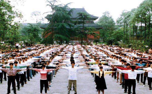 Praticantes do Falun Dafa fazem o primeiro exercício na cidade de Chengdu, província de Sichuan, China, antes de 1999 (Minghui.org)