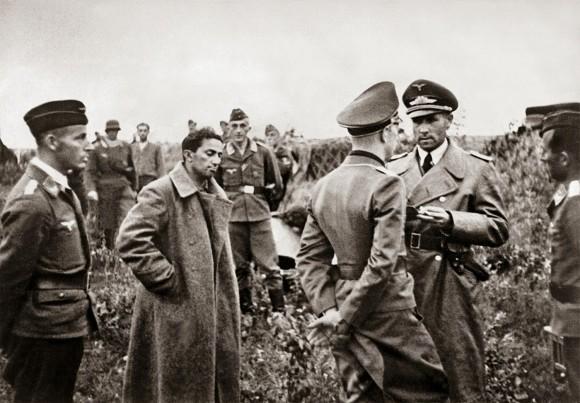 O filho de Stalin, Yakov Dzhugashvili, capturada pelos alemães em 1941 (domínio público)