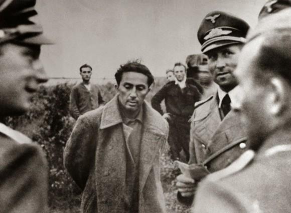 O filho mais velho de Stalin, Yakov Dzhugashvili, em interrogatório após ser capturado pelos alemães em 1941 (domínio público)