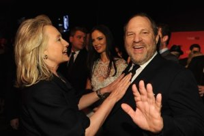 A então secretária de Estado Hillary Rodham Clinton e o produtor Harvey Weinstein participam da Gala TIME 100, as 100 pessoas mais influentes no mundo segundo a Revista, festa de coquetel e jazz no Lincoln Center, em 24 de abril de 2012, na cidade de Nova York (Larry Busacca/Getty Images)