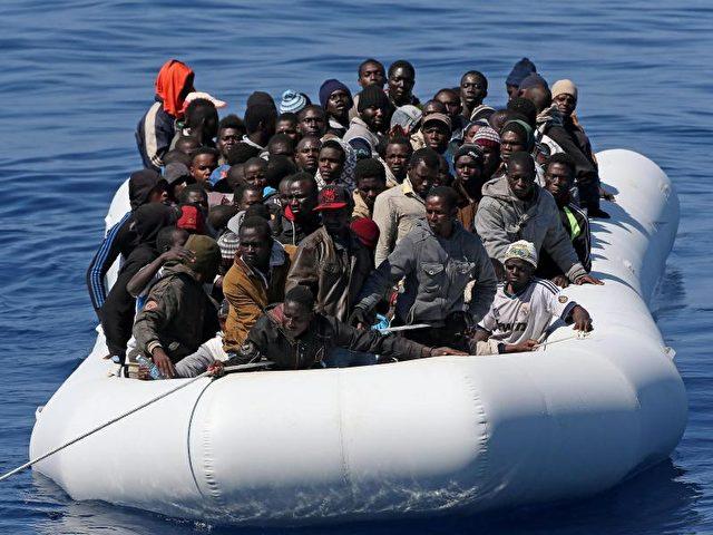 Im Mittelmeer wird ein Boot mit afrikanischen Flüchtlingen von der italienischen Küstenwache abgeschleppt. Foto: Alessandro di Meo/Archiv/dpa