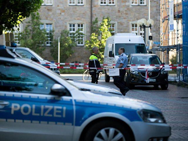 Streifenwagen vor dem Polizeipräsidium in Oberhausen: Im Vorraum hat ein Polizist am Morgen einen Mann erschossen. Foto: Marcel Kusch/dpa