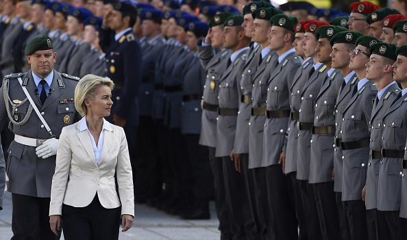 Verteidigungsministerin von der Leyen inspiziert die Truppe. Foto: TOBIAS SCHWARZ/AFP/Getty Images