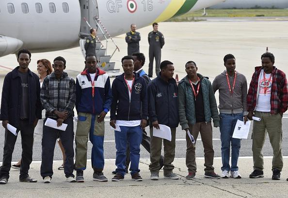 Diese Gruppe Eritreer wurde am 9.Oktober extra von Rom nach Schweden geflogen, um Italien zu entlasten. Nun verkünden Schwedens Regierende, dass sie so nicht weitermachen können. Foto: ANDREAS SOLARO/AFP/Getty Images