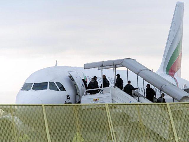 Abgelehnte Asylbewerber steigen im Rahmen einer Sammelabschiebung in ein Flugzeug. Foto: Daniel Maurer/Archiv/dpa
