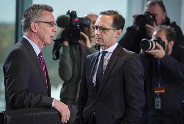 Deutsch Justizminister Heiko Maas (R) und Innenminister Thomas de Maiziere (L) sprechen vor der wöchentlichen Kabinettssitzung im Kanzleramt in Berlin am 11. November 2015. Foto: ODD ANDERSEN / AFP / Getty Images