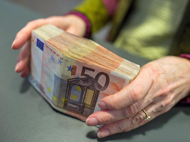 Nach Ansicht vonExperten würde eine Obergrenze für Zahlungen mit Bargeld organisiertes Verbrechen oder Schwarzarbeit kaum eindämmen. Foto: Matthias Balk/dpa