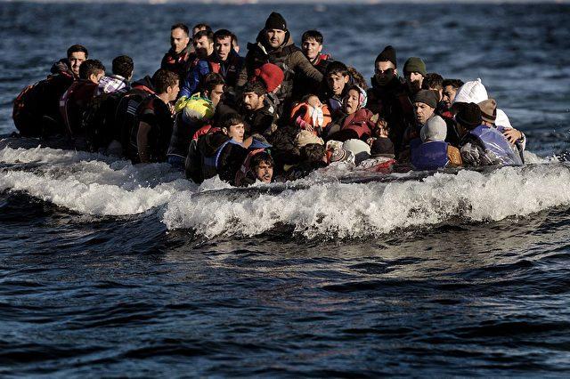 Flüchtlinge und Migranten kommen auf der griechischen Insel Lesbos an. Foto: ARIS MESSINIS / AFP / Getty Images