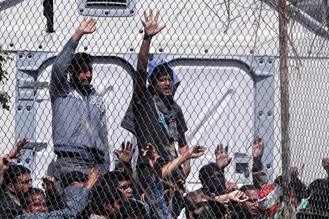Flüchtlinge aus Afghanistan und Pakistan protestieren in der Haftanstalt gegen ihre Abschiebung in die Türkei am 5. April 2016 Lesbos, Griechenland. Foto von Milos Bicanski / Getty Images
