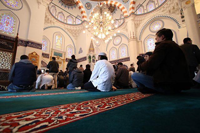 Hunderte Muslime versammelten sich in Tokyos und zugleich Japans größter Camii (Moschee) zum Freitagsgebet am 30. Januar 2015. Sie beten für die Freigabe der japanischen Geisel Kenji Goto, die von der Terror-Miliz Islamischer Staat entführt wurde. Foto: YOSHIKAZU TSUNO / AFP / Getty Images