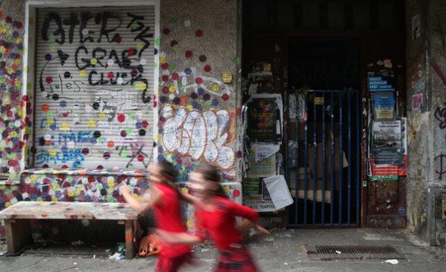 Kinder vor einem unsanierten Haus in Berlin-Neukölln Foto: über dts Nachrichtenagentur