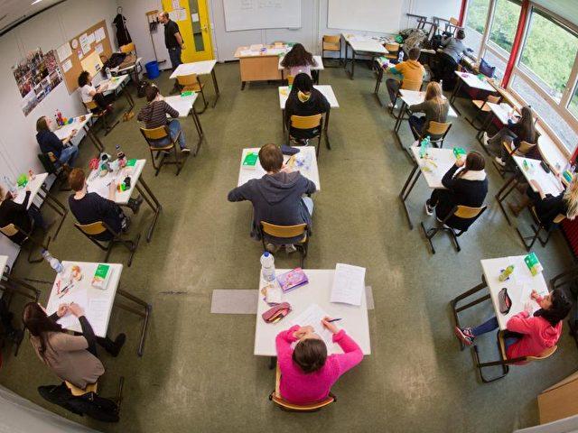 Waldorfschulen und reformpädagogische Modellschulen verzichten bis zur Oberstufe auf Noten. Foto: Julian Stratenschulte/dpa