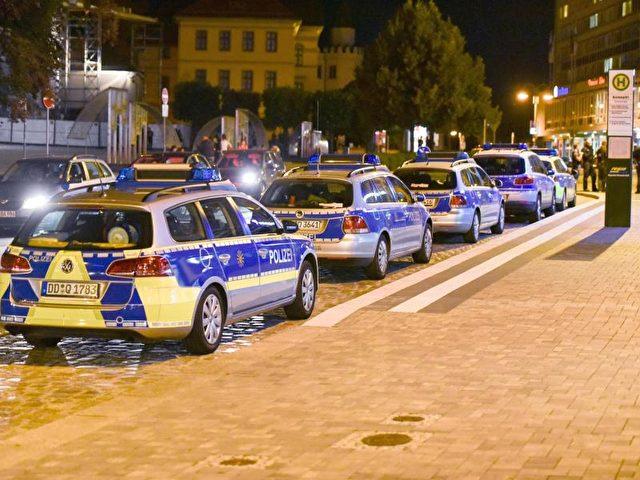 Ein Großaufgebot der Polizei auf dem Kornmarkt in Bautzen: Rund 100 Beamte waren während der Auseindersetzungen zwischen Einheimischen und Flüchtligen im Einsatz. Foto: Xcitepress/dpa