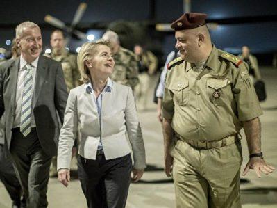 Ursula von der Leyen (CDU) wird von Botschafter Franz Josef Kremp (l) und dem irakischen General Salah al-Din in Bagdad begrüsst. Foto: Michael Kappeler/dpa