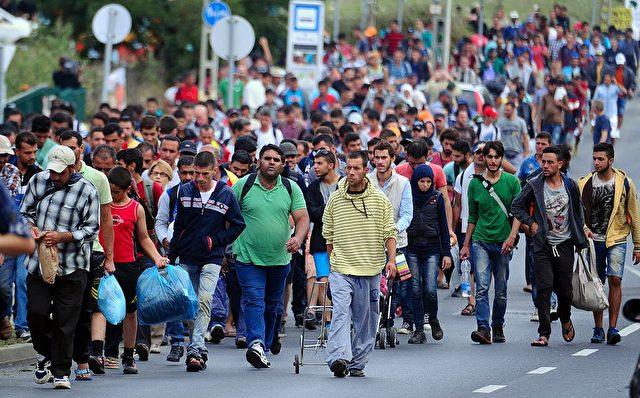 Hunderte Flüchtlinge und Migranten auf dem Weg von Ungarn nach Österreich. 5. September 2015 Foto: ATTILA KISBENEDEK/AFP/Getty Images