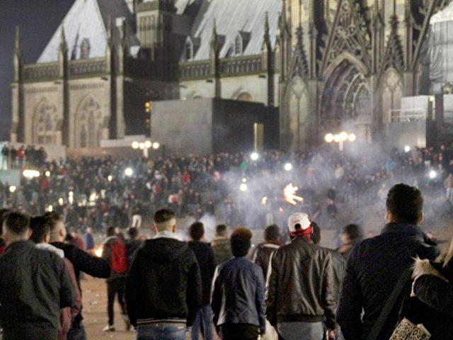 Zahlreiche Menschen sind in der Silvesternacht in Köln auf dem Vorplatz des Hauptbahnhofs zu sehen; es kam zu Ausschreitungen und massenhaftem Missbrauch. Foto: Markus Boehm/dpa