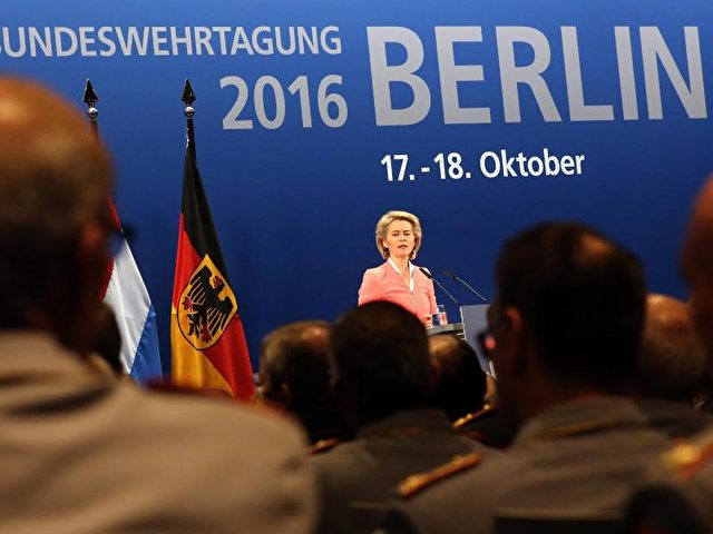 Verteidigungsministerin Ursula von der Leyen (CDU) auf dem Spitzentreffen der Bundeswehr in Berlin. Foto: Wolfgang Kumm/dpa
