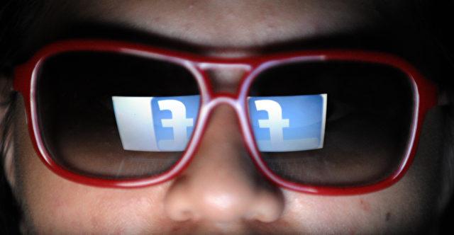 Eine Spiegelung des Facebook-Logos. Foto: TED ALJIBE/AFP/Getty Images