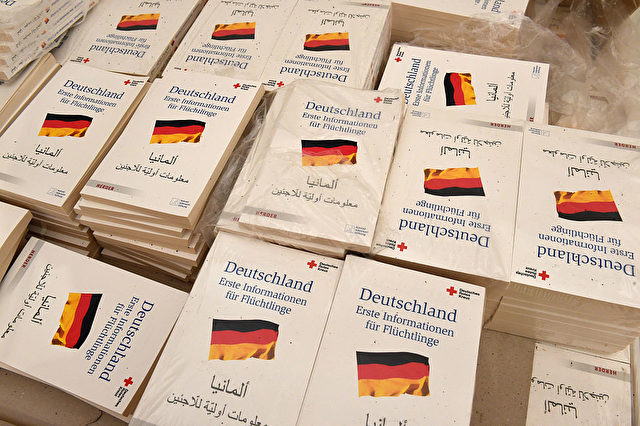 """Bücher für Neuankömmlinge in Deutschland mit dem Titel: """"Erste Informationen für Flüchtlinge"""". Foto: CHRISTOF STACHE/AFP/Getty Images"""