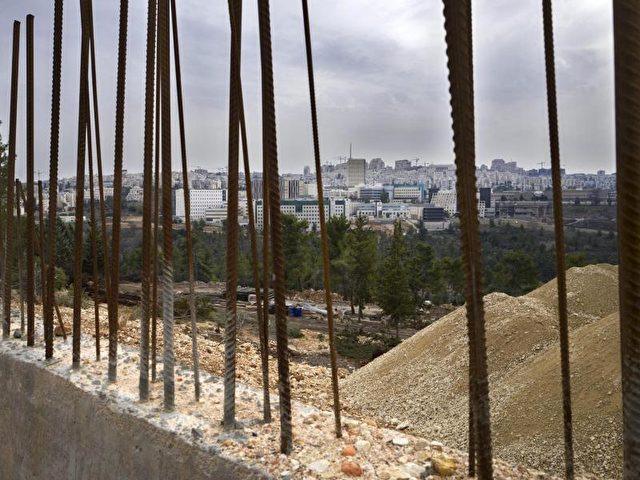 Bau einer Siedlung in Ramat Shlomo, im Hintergrund ist Jerusalem zu sehen. Foto: Jim Hollander/dpa