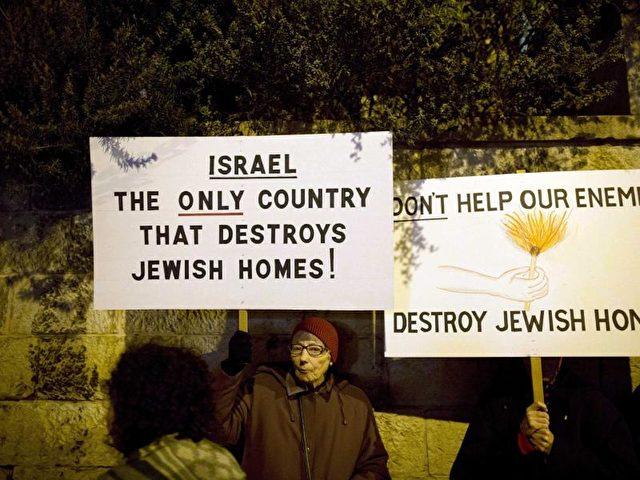 «Israel - das einzige Land, das jüdische Häuser zerstört» - Siedler protestieren gegen einUrteil, das ihre Siedlung für illegal erklärt hat. Foto:Abir Sultan/dpa