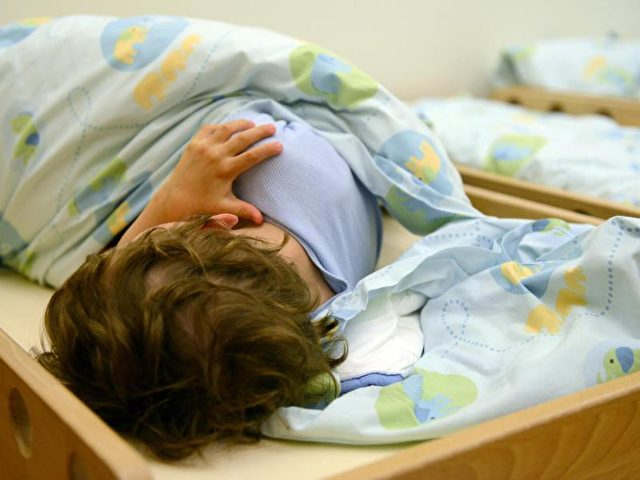 Nach Einschätzung des bayerischen Gesundheitsministeriums geben inzwischen immer mehr Eltern ihren Kindern Schlafmittel. Foto: Caroline Seidel/Archiv/dpa