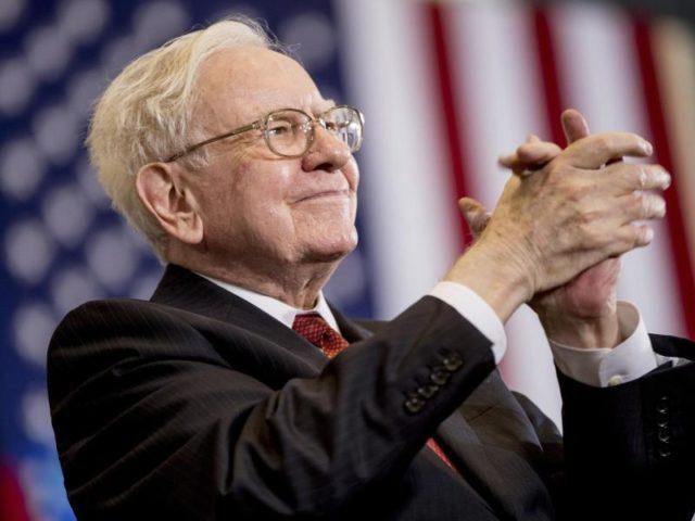 Investor Warren Buffett hat den Gewinn seiner Investmentgesellschaft Berkshire Hathaway dank der Börsenrally zum Jahresende kräftig gesteigert. Foto: Andrew Harnik/Archiv/dpa