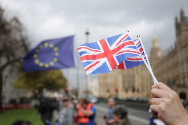Die britische Nationalflagge und dahinter die EU-Flagge. Foto: DANIEL LEAL-OLIVAS/AFP/Getty Images