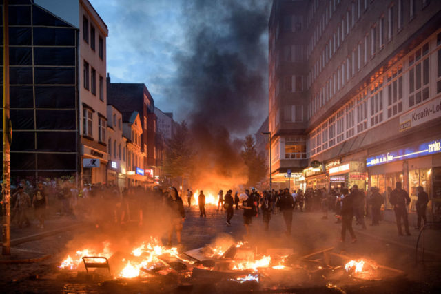 Brennende Straßen zum G20-Gipfel in Hamburg. Foto: Thomas Lohnes/Getty Images