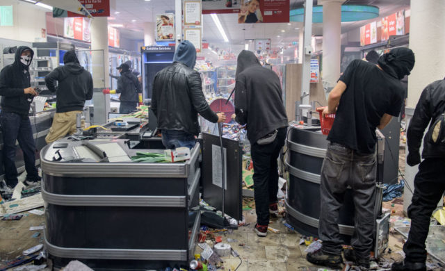 Linksradikale plündern Geschäfte bei G20-Gipfel in Hamburg. Foto: Thomas Lohnes/Getty Images