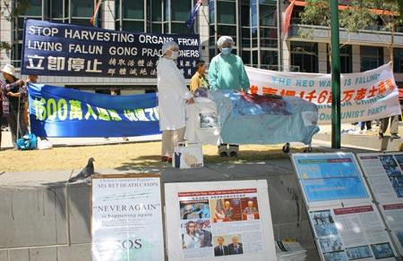 Центральный парк города. Недалеко от места митинга расположились стенды, рассказывающие о преступлениях компартии Китая. Фото: Chen Ming/Epoch Times